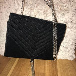 jätte fin svart sammetsväska med silvriga detaljer. Köpte den i somras men inte alls mycket använd. Pris kan diskuteras och jag tar swish :)