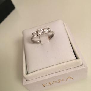 """Jätte vacker silver ring med 3 runda diamanter, köpt i själva Kiara butiken i Italien✨ Det står """"Älskar dig"""" bak på ringen, tyvärr😂  ❗️tar bara swish❗️"""