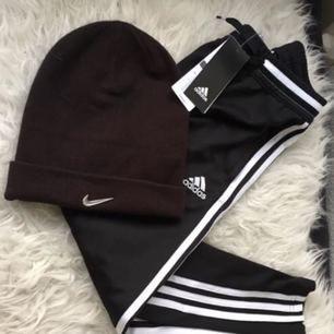 En Nike mössa, 100 kr, och Nike byxor stl 130 100kr
