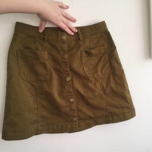Militärgrön kjol i a-line modell från Monki! Använd ett fåtal gånger, fint skick. Frakten är inkluderad i priset (postens S påse, 35kr.) Kan även mötas upp i Uppsala, då försvinner kostnaden för frakten.