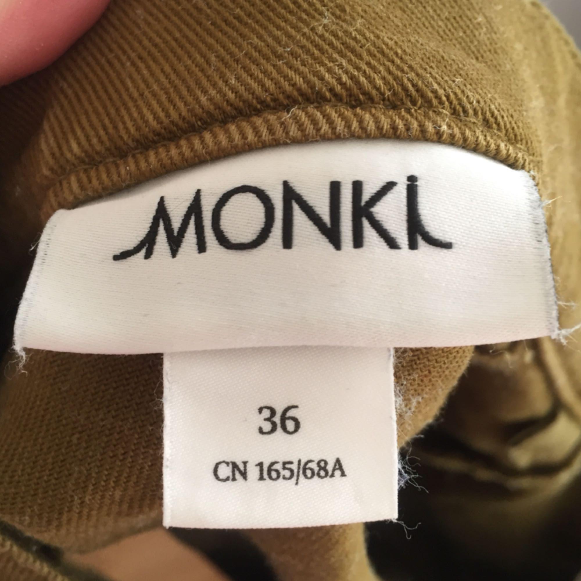 Militärgrön kjol i a-line modell från Monki! Använd ett fåtal gånger, fint skick. Frakten är inkluderad i priset (postens S påse, 35kr.) Kan även mötas upp i Uppsala, då försvinner kostnaden för frakten.. Kjolar.