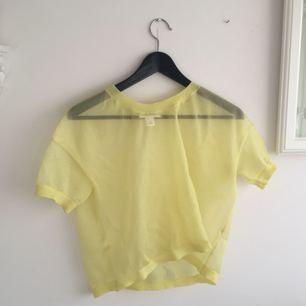Genomskinlig tröja från Monki i gult. Kan nog blir väldigt cool på nån som kan styla bra, jag fick aldrig till det. Står XS men passar S och kanske t.o.m en M.  Frakten är inkluderad i priset (postens S påse, 35kr.) Kan även mötas upp i Uppsala, då försvinner kostnaden för frakten.