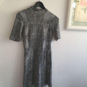Bekväm klänning från Gina Tricot. Passar till både vardag och 'finare' tillfällen. Den är ganska kort på mig som är 170. Frakten är inkluderad i priset (postens S påse, 35kr.) Kan även mötas upp i Uppsala, då försvinner kostnaden för frakten.