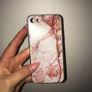 iPhone 7 skal i böjbar gummi, lite sönder på 2 ställen