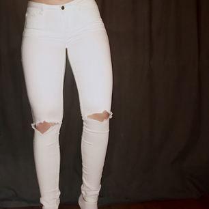 Ett par vita byxor i stretching material med hål i knäna. De är fruktansvärt sköna men kommer inte till användning längre
