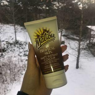 Tropical skin brun utan sol från Malibu. Med wash-off formula som kan tvättas av med tvål och vatten. Aldrig använd, frakt tillkommer.