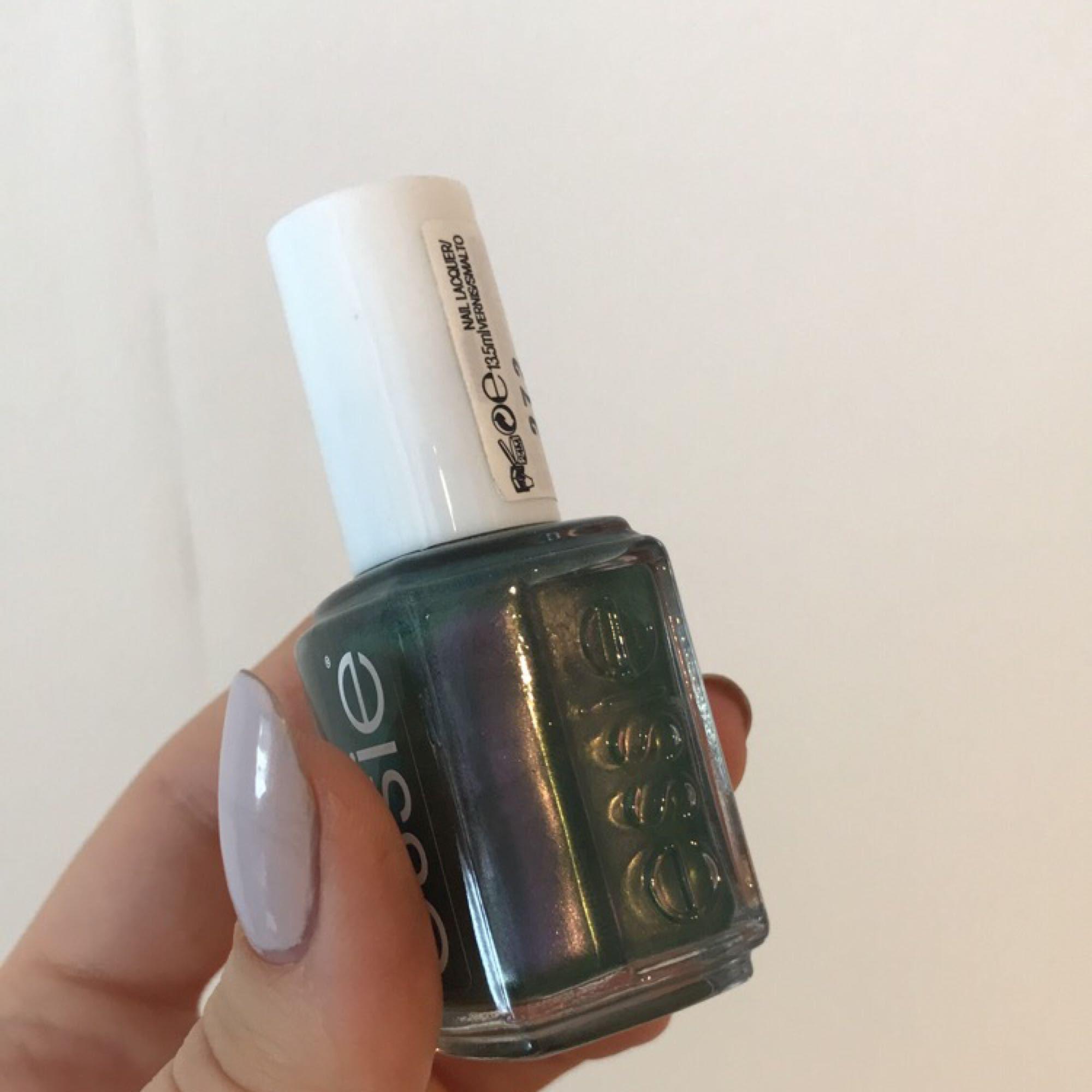 Nagellack från ESSIE som skiftar i lila och grönt. Endast använd 1 gång. Frakt tillkommer. Övrigt.