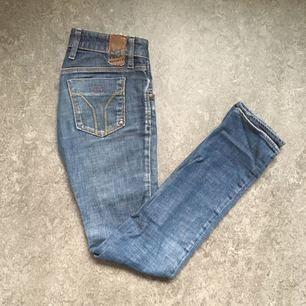 Miss sixty jeans. Små i storleken. Skulle säga att de är som en 23 i midjan. Inga defekter eller dylikt.