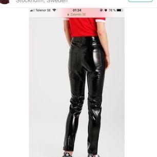 Säljer dessa sjukt snygga byxorna ifrån Elsa hosk's kollektion från bik bok pga fel storlek. Dom är köpta för 399kr, Prislappen är kvar👍🏽💕 +frakt