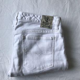 Vita jeans från Ralph Lauren i strl L men väldigt små i storlek så mer som XS. Slutar vid anklarna. Betalning sker via swish och frakt står köparen för :)