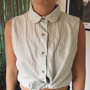 Skönt linne från American Apparel som är snyggt att knyta nedtill. Jeansinspirerande tyg!✨ frakt ingår i priset!!