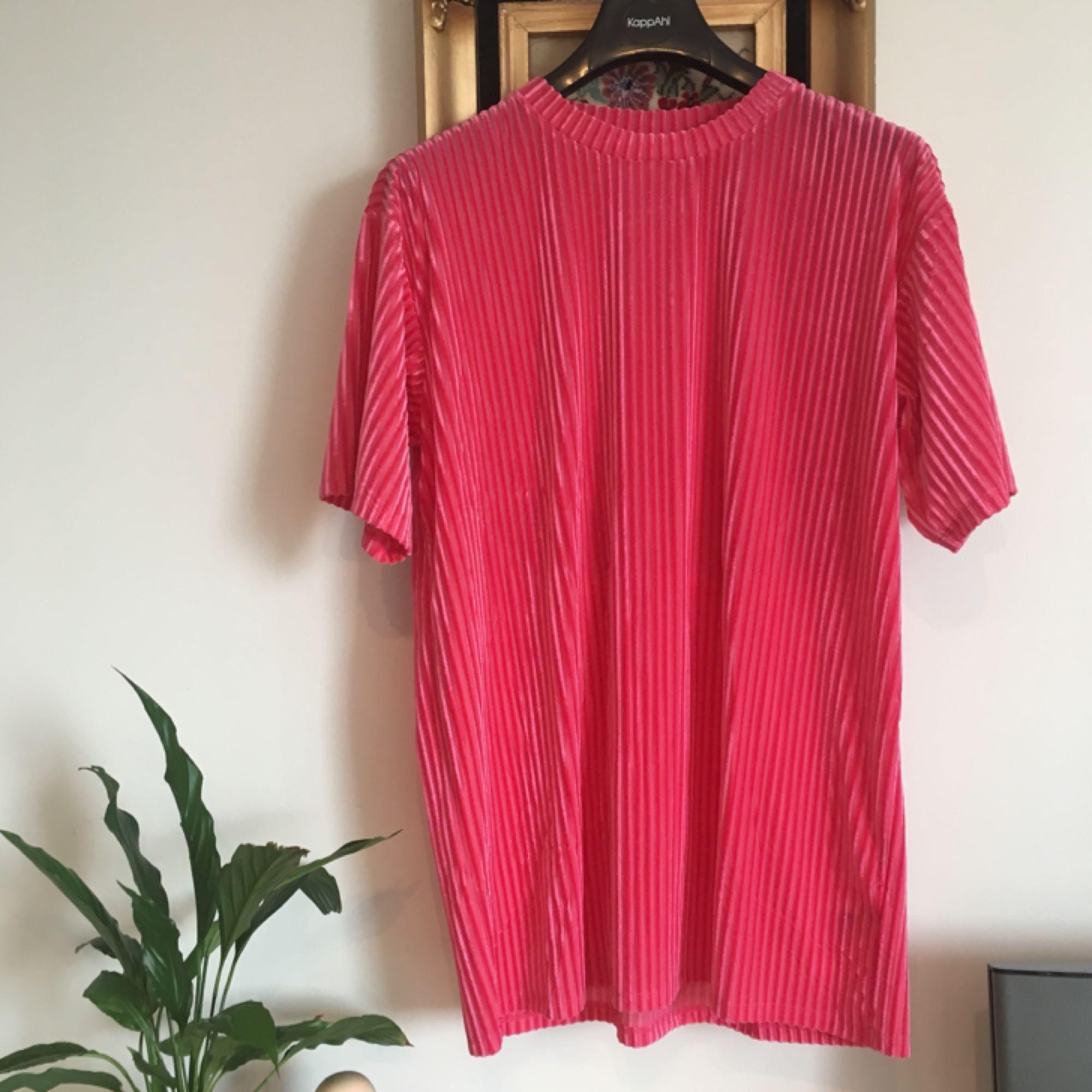 Ribbad t-shirt från Monki som är lite längre i modellen. Perfekt partyplagg! Dessutom är den aldrig använd!! Frakt ingår i priset 😋. T-shirts.