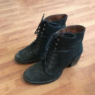 Superfina läderskor som knappt använts o stått i min garderob. 😉 behöver klackas om men annars riktigt tjusiga. 💫 sitter riktigt vackert på foten