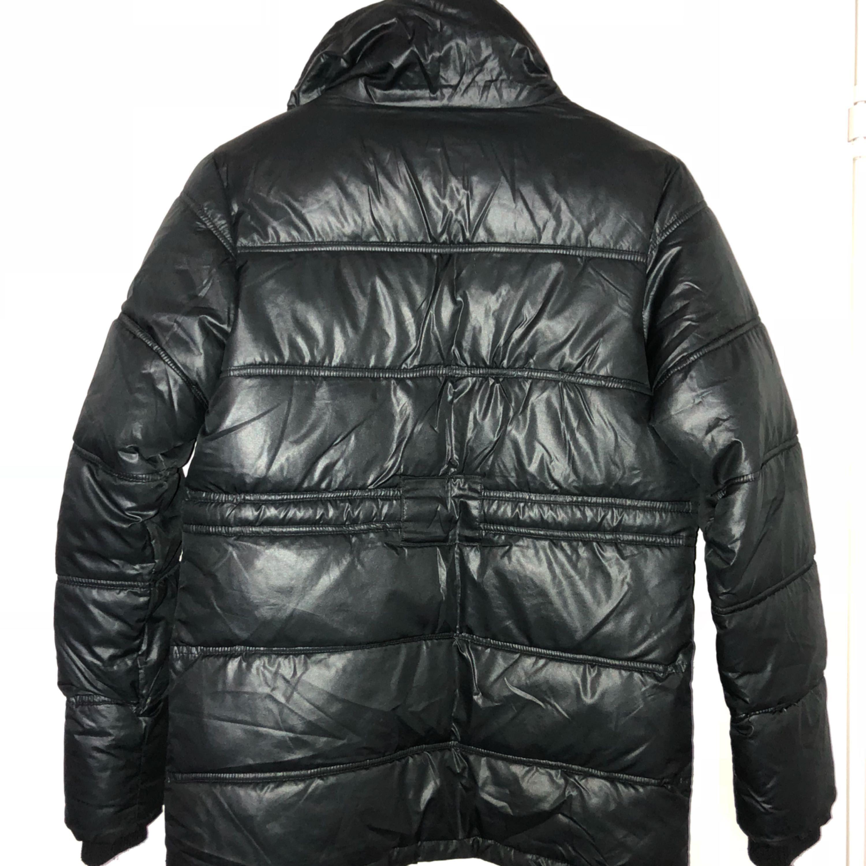 En svart stillren dunjacka i väldigt fint skick från nextlevel. Varm och go inför hösten och vintern . Jackor.