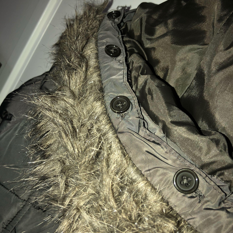 En brunfärgad jacka i fint skick med mycket fickor. Som man ser på bilden går det att ta av pälsen. Jackor.