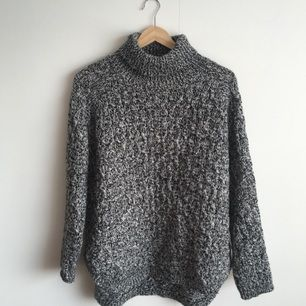 Stickad tröja i ullblandning. Skickas mot betalning av frakt kan alternativt mötas i Gävle. Swish is queen 🐑