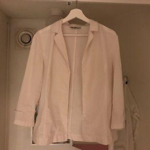 En fantastiskt fin skjorta från Paris! Köpt second hand. Har tusen vita skjortor så säljer denna. Ett fint och dyrt märke från början. Fraktar eller ta upp i Stockholm eller Uppsala!🌟