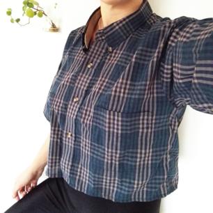 Skitsnygg upplaggd stjorta köpt på beyond retro! Perfekt längd för hög midja. Jag är s och den sitter snyggt lite oversized på mig, passar också en m skulle jag säga.