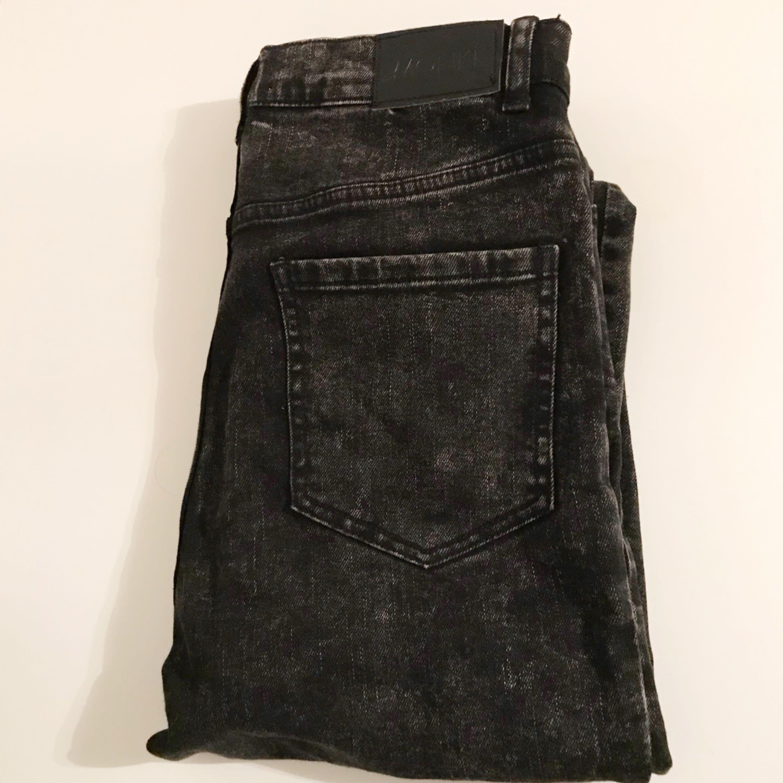 Tighta stentvättade jeans från Monki med hög midja, fint skick! . Jeans & Byxor.