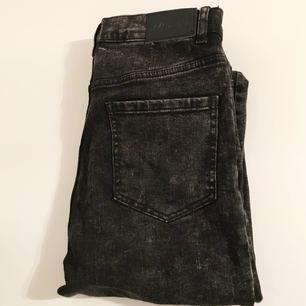 Tighta stentvättade jeans från Monki med hög midja, fint skick!
