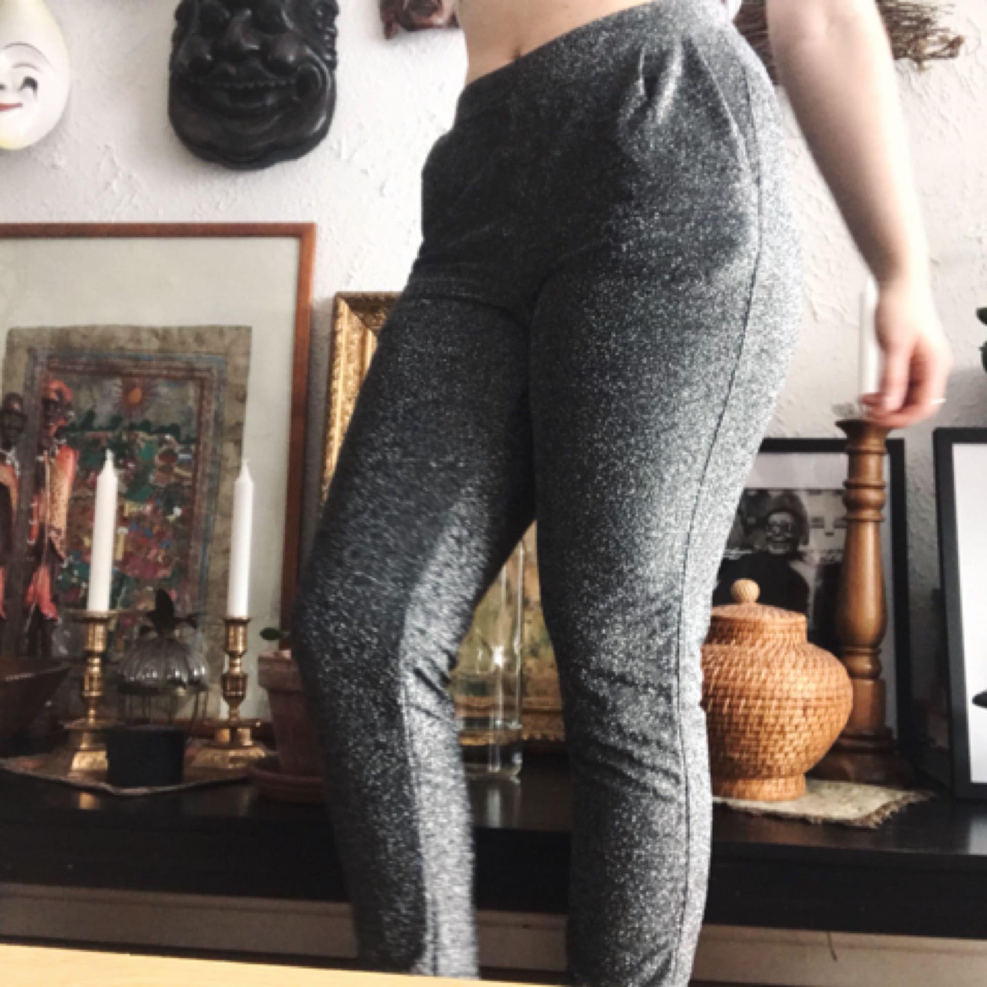Säljer dom här aaassnygga glitterbyxorna från Cubus med fickor (!!!) som bara blivit använda en gång.✨ Det står XS men jag är själv en M på byxor och dessa sitter så fint och är jättestretchiga. Betalning sker helst via Swish och jag bjuder på frakten✨. Jeans & Byxor.