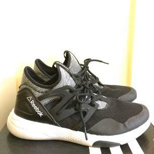 Reebok skor i storlek 39. Något använda men är i bra skick om man tvättar dem lite. :)