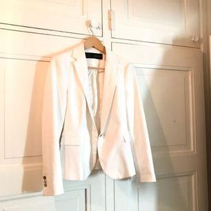 En vit blazer från Zara basic. Inköpt för några år sedan men vara använt den 2 gånger.  Jag är normalt en 36a och det här är medium.
