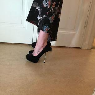 High heels med silver stilett och sula.  inköpta på Jane Norman i London, tror jag köpte dem för 800:-.    Aldrig använda utomhus.   Storleken är perfekt för en ren 38,5.