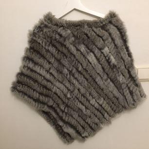 Har en knappt använd grå poncho av äkta päls liggandes här hemma som aldrig kommer till användning. Observera att om ni lägger ett bud så ska det inkludera frakten 💞 Storlek: one size (swish enbart)