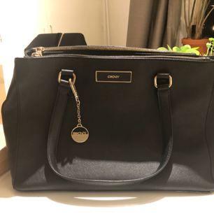Väska från DKNY inköpt på Åhlens. Kvitto samt dustbag finnes.