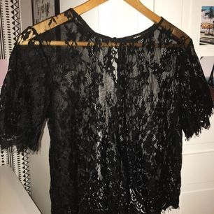 Genomskinlig spets t-shirt, as snygg med en bralett eller linne under!!