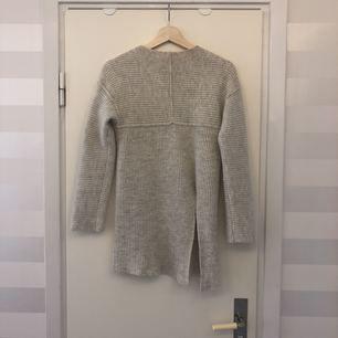 """Stickad tröja från Angelica Blick för BikBok. Korta ärmar, slits på ena sidan, hög i """"kragen"""". Den är för liten på mig, jag har storlek s/m annars.."""