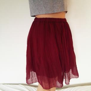 Jättefin plisserad kjol i tunt tyg! Tyget är lite genomskinligt men kjolen har en underkjol så det är inget problem! Väldigt stretchig midja så skulle passa både s och m. Har varit en favorit tidigare, men måste tyvärr rensas ut nu.