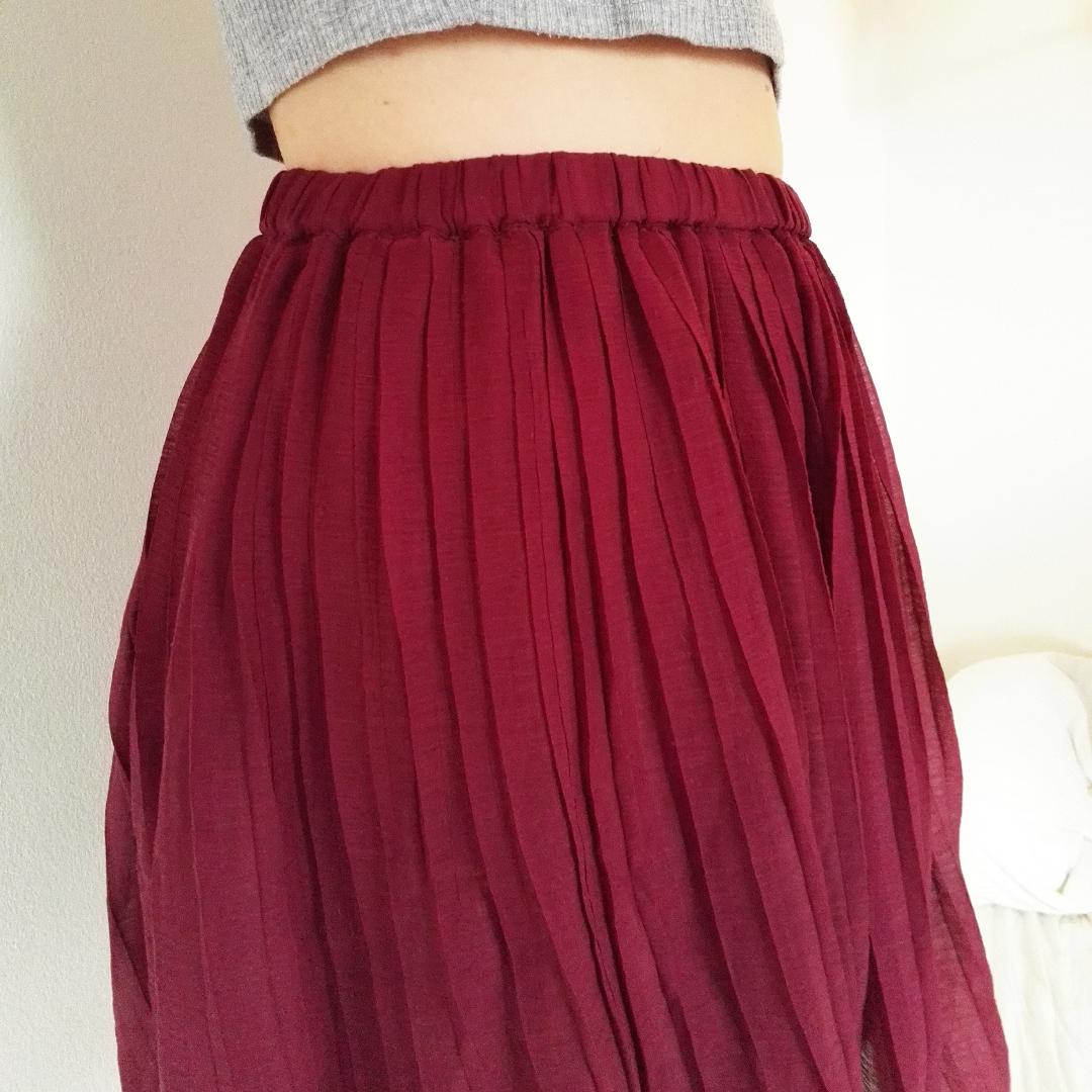 Jättefin plisserad kjol i tunt tyg! Tyget är lite genomskinligt men kjolen har en underkjol så det är inget problem! Väldigt stretchig midja så skulle passa både s och m. Har varit en favorit tidigare, men måste tyvärr rensas ut nu. . Kjolar.