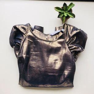 Fantastisk prålig guldblus med puffärm från &other stories vinterkollektion 17. Andas 80-tal. Knappt använd. Skickas mot frakt 45kr eller möter upp i centrala Gbg! 💫