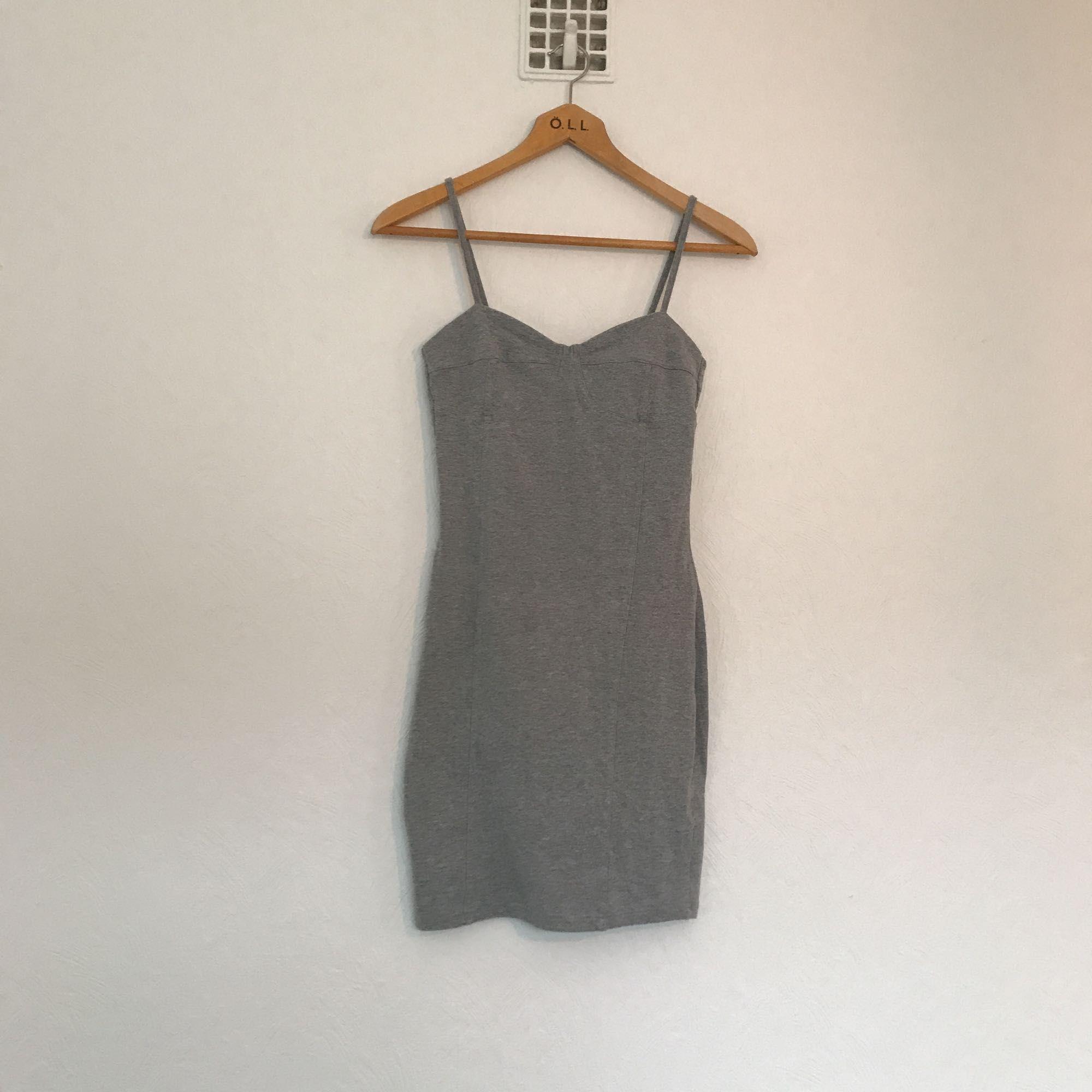 dacfe82be507 Supersnygg grå fodralklänning från Weekday! Stretchig och skön . Klänningar.