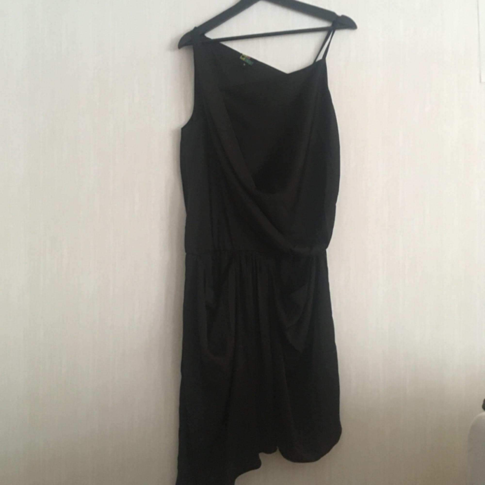 Svart asymmetrisk klänning med resor i midjan och sidofickor. Knappt använd!  Kan hämtas i Göteborg eller skickas. Köparen står för frakten! . Klänningar.