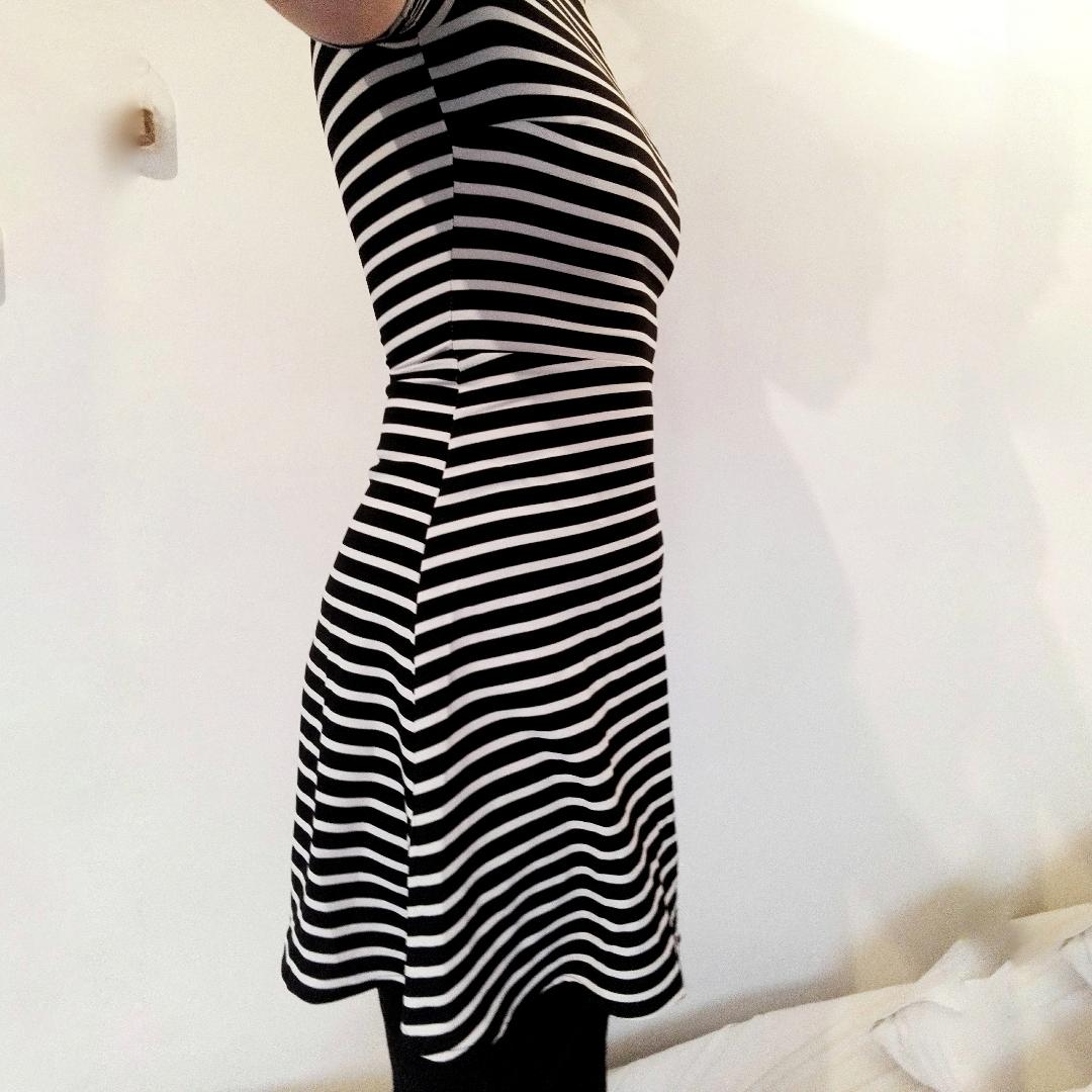 Superfin randig klänning! Lagom lång och ger skitfin figur! Små trådar som gått vid halsen, därför det låga priset, men det är dock inget som stör tycker jag :). Klänningar.