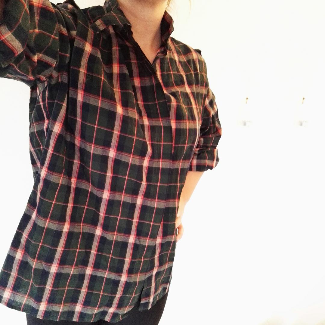 Snygg rutig bomullsskjorta! Funkar båda som knyttopp och vanlig skjorta. Bild två visar halsknäppningen och sömmen vid axlarna, bild två visar också bäst på färgerna. En av knapparna saknas, därför det låga priset! Jag tycker inte det gör något dock, den funkar bra att knäppa ändå :). Skjortor.