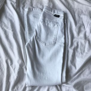 Super stretchiga jeans från dr denim. Helt oanvända då de var tvär förstora. Nypris: 400kr Modell: lexy Midja: Hög Vi kan dela på frakt kostnaden 🌿 från rök och djur fri hem 🌿