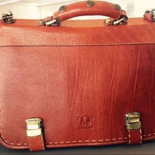 Säljer min fint väska i äkta och hög kvalitet läder. Väldigt snygg och klassisk för business