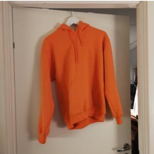 En jääättefin orange hoodie som är köpt här på plick! Säljer pga använder den inte, lite fel färg på mig insåg jag. Endast provad och jättemysig. Priset är inklusive frakt :)))
