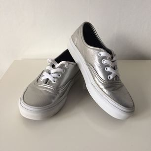 Kalasfina Vans Authentic  i silverfärgad läderimitation (?). Väldigt sparsamt använda och i bra skick. Säljes pga för liten storlek, tyvärr!   Frakt tillkommer.
