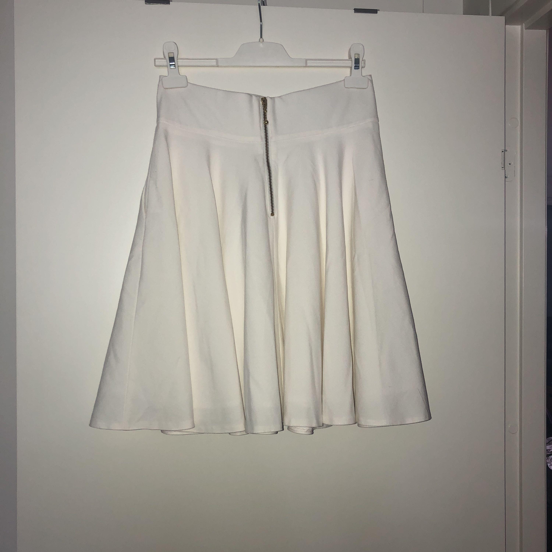 En super fin högmidjad krämvit kjol från Orsay som aldrig är använd. Kjolar.