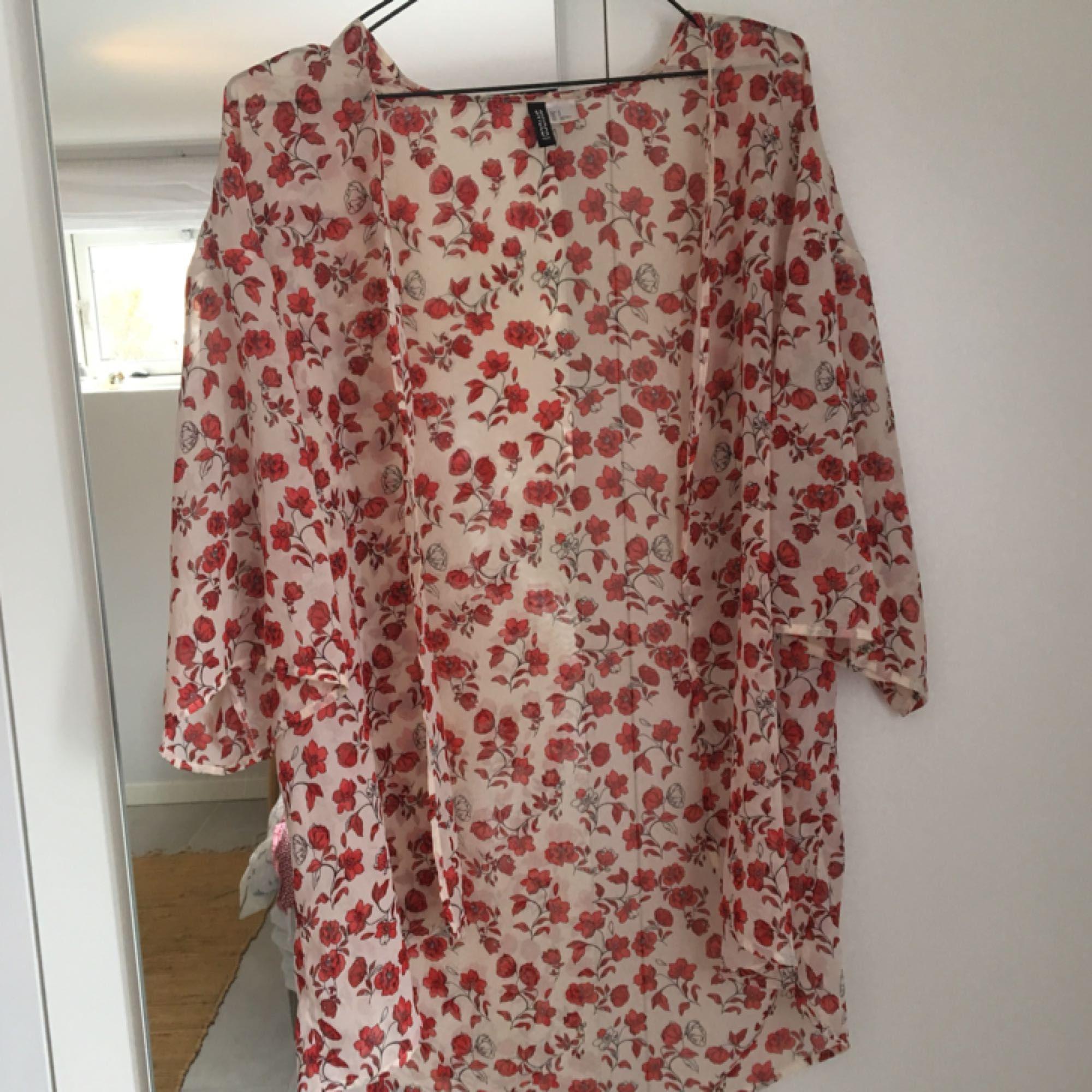 Vit och rosa blommig kimono från H&M. Knappt använd, köparen står för frakt😁. Toppar.