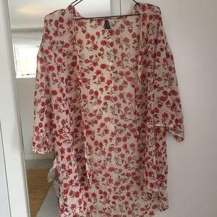 Vit och rosa blommig kimono från H&M. Knappt använd, köparen står för frakt😁