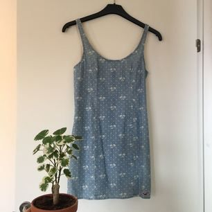 Somrig klänning från Hollister! Storleken 1 passar mig som brukar ha XS/S