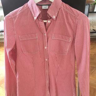 Säljer min fina skjorta som är i nyskick och endast använd ett fåtal gånger pga att jag köpte fel storlek