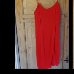 Orange/röd halvlång klänning. Fantastisk på sommaren.