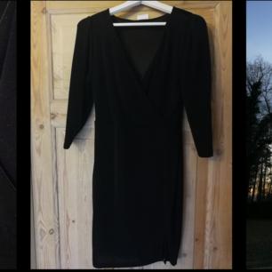 Svart klänning som glittrar lagom mycket. Går till halva låret i längd. En riktig figursmickrande klänning som fungerar lika bra till nyår som en kväll på stan.